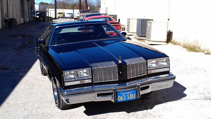 1977 Oldsmobile Cutass Supreme front view